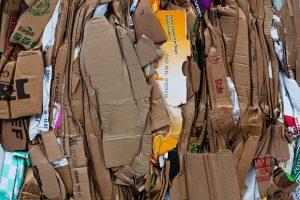 Muitas caixas de papelão desmontadas e amontoadas