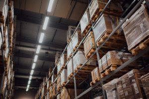 Como é possível integrar os galpões logísticos e armários inteligentes?